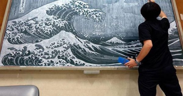 Creative Japanese Professor Draws Amazing Pictures On Chalkboard